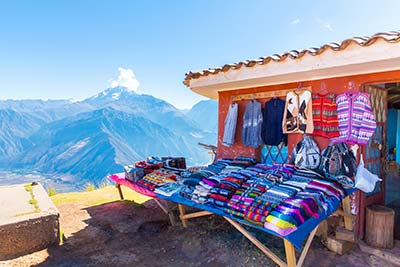 colorfu-Alpaca-Blankets-on-market-in-Peru